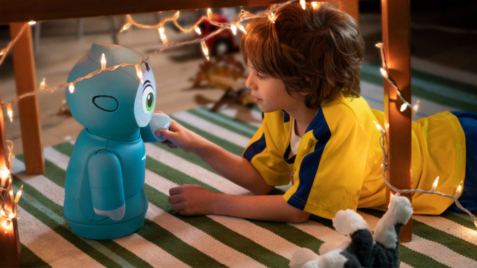 Un bambino interagisce con Moxie